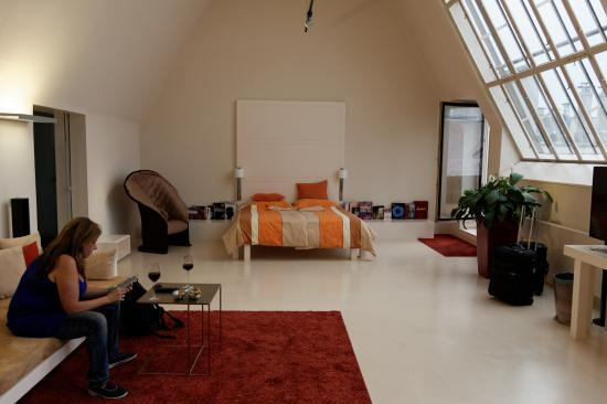 Hotel Rathaus Wein & Design: Bedroom and Parlor in one..