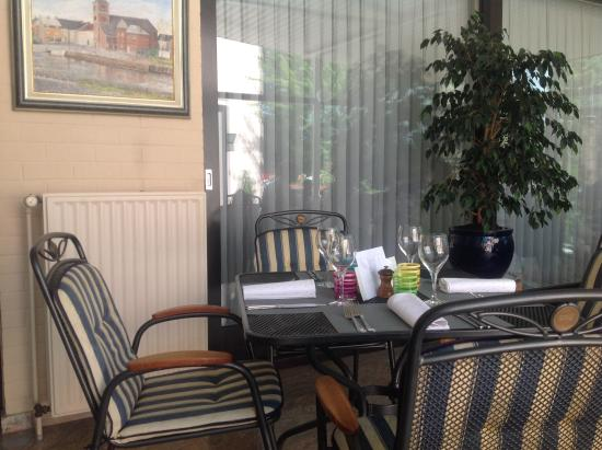 terrasse couverte picture of la brasserie du damier la louviere tripadvisor. Black Bedroom Furniture Sets. Home Design Ideas