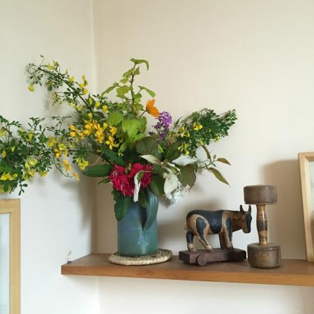 Tantallon Place Bed and Breakfast: Flowers from the garden in the room