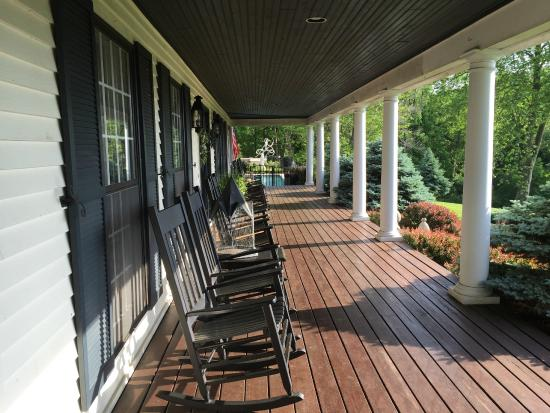 The Welsh Hills Inn: Wrap around porch with pool at the end