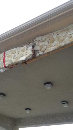 Hewitt, Τέξας: Faulty construction or building falling apart? Hope red ribbon doesn't untie.