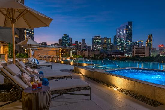 Perfect staycation review of discovery primea makati for Pool show discovery