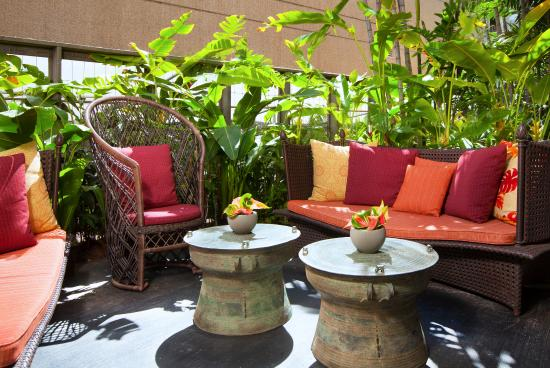 The Royal Hawaiian, a Luxury Collection Resort: Mailani Lounge Garden Seating Area