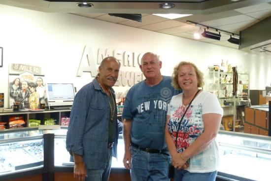 Les with happy travellers picture of american jewelry for American jewelry and loan 8 mile detroit