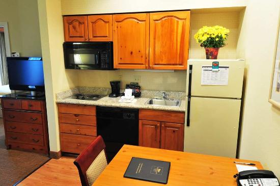 Homewood Suites by Hilton St. Petersburg Clearwater: Kitchen Area