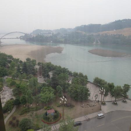 Leshan, Κίνα: lovely river view from hotel room