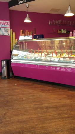 Eastleigh, UK: Ice cream counter showing off their great selection of delicious ice creams