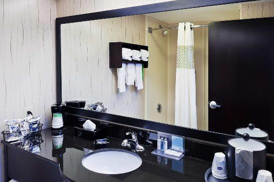 Σέρμαν, Τέξας: Hampton Inn Sherman Guest Bathroom