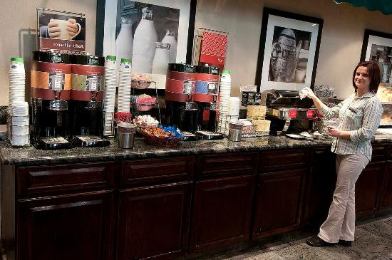 Hampton Inn & Suites Fairfield: Breakfast Area with Host