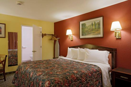 Americas Best Value Inn & Suites - Wine Country: One King Bed Jacuzzi Suite