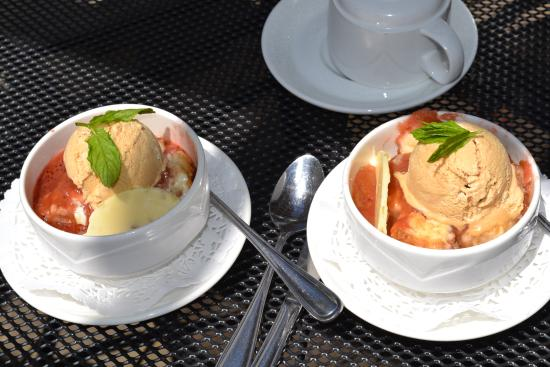 Wolfville, Канада: caramelized strawberry rhubarb cobbler