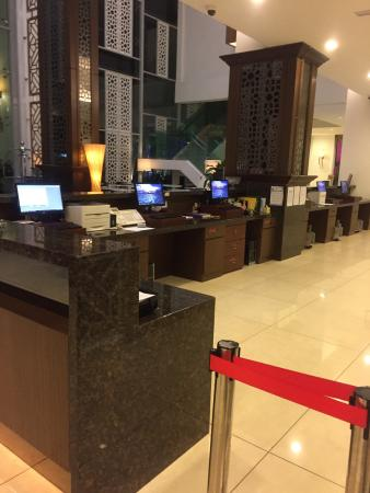 Kuah, Μαλαισία: Hotel lobby around 12am. No one available.