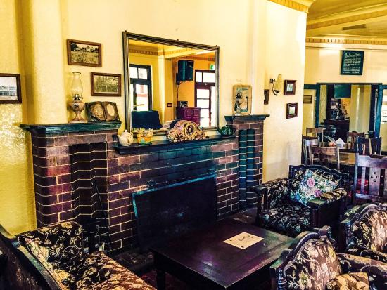 Blackheath, Австралия: Interiors and old map displayed at New Ivanhoe Hotel