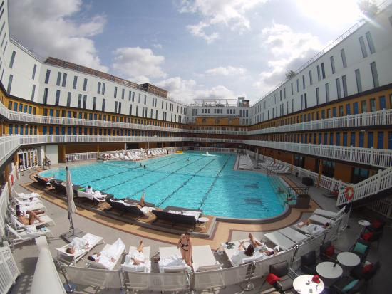 Vue piscine picture of hotel molitor paris mgallery for Piscine molitor hotel