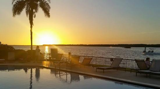 DoubleTree Suites by Hilton Tampa Bay: Poolside sunset