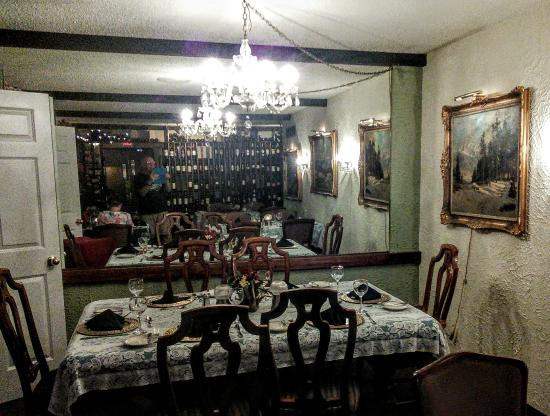 Jefferson City, Μιζούρι: Multiple dining tables located in several dining rooms