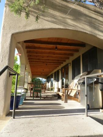 Bear Mountain Lodge: Outdoor patio from dining area