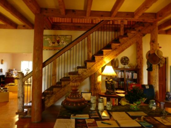 Bear Mountain Lodge: The majestic stairway in the Great Room