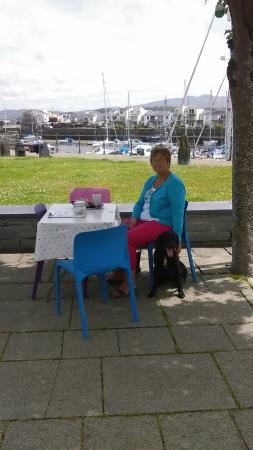 Porthmadog, UK: Outside seating, boats behind.