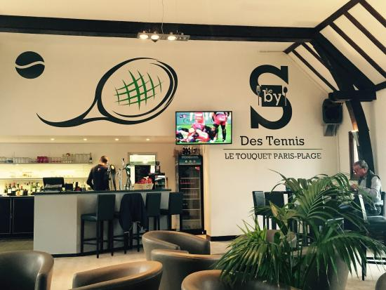 Le bar et l 39 espace tv picture of le by 39 s des tennis le for Restaurant le jardin touquet