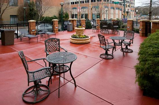 Sit And Chat With Friends Picture Of Hilton Garden Inn Chattanooga Downtown Chattanooga
