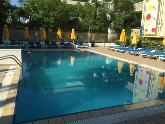 Smartline Philippion Hotel: Pool area at 9.30 a.m. choose your own sunbed !