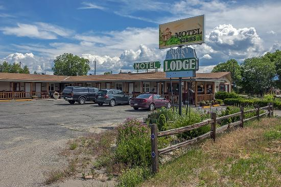 Rocky Mountain Lodge: The flowers and wood decor give you a feeling of a nice warm welcome.