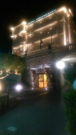 Antiche Mura Hotel: Lovely lit up in the evening!