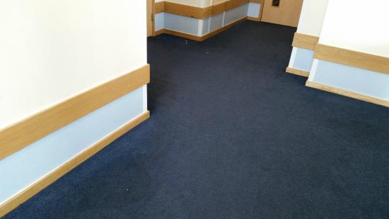 Travelodge Newquay Seafront Hotel: Filthy corridor