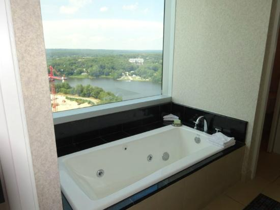 Mohegan Sun: Jacuzzi tub with a view