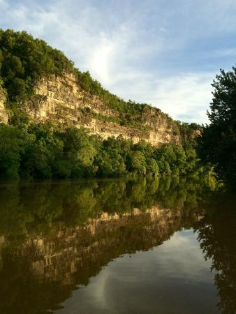 White Buffalo Resort: Bluff across the river