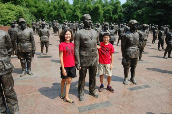 Dayi County, Китай: nearby Jianchuan Museum, my kids with statue of their great-grandfather