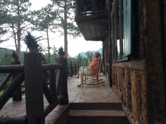 Rocky Mountain Lodge & Cabins: Sitting on porch taking in breathtaking view of mountains
