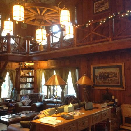 Rocky Mountain Lodge & Cabins: View in house with room and balcony