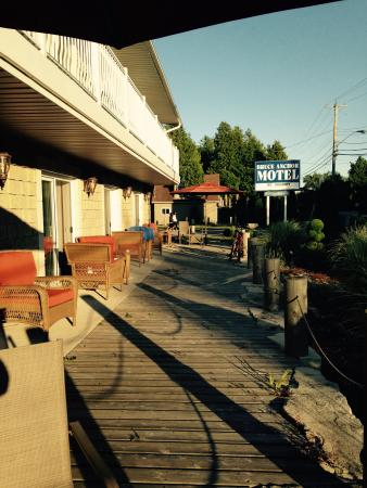 Bruce Anchor Motel and Cottage Rentals: Able to sit outside and enjoy the summer evening