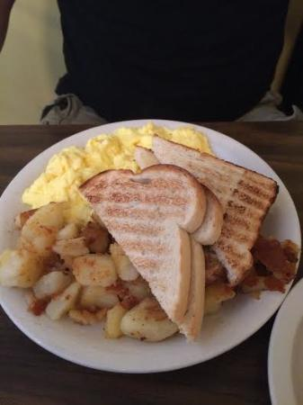 Ludlow, Βερμόντ: eggs, toast and home fries...homefries were extra