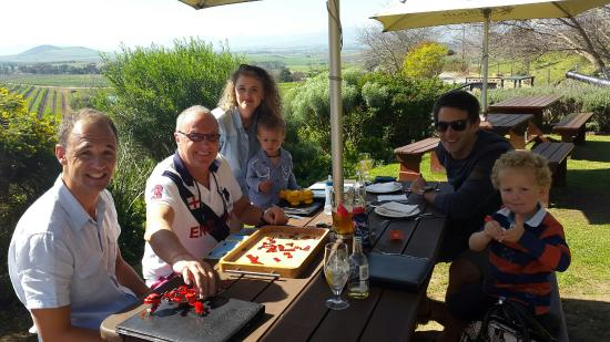 Durbanville, Νότια Αφρική: Lovely table outside on the lawn
