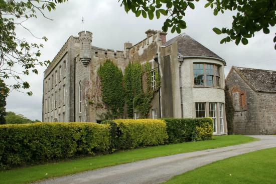Kilmallock, Ireland: First view of Ash Hill B&B coming up from the entrance drive