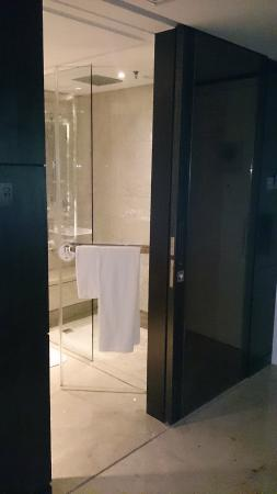 shower booth picture of singapore marriott tang plaza hotel singapore tripadvisor. Black Bedroom Furniture Sets. Home Design Ideas