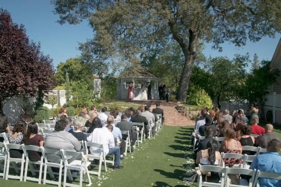 Power's Mansion Inn: Beautiful outdoor ceremony