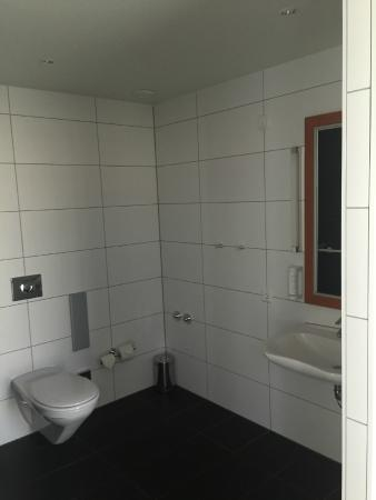 toilette und waschbecken picture of holiday inn berlin centre alexanderplatz berlin tripadvisor. Black Bedroom Furniture Sets. Home Design Ideas