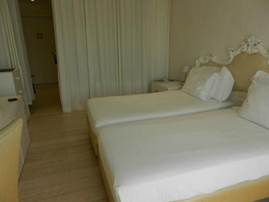 Boscolo Exedra Nice: beds, the bath is hidden by curtains