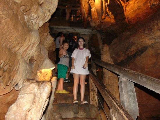 Branson West, Μιζούρι: My kids going up into the Talking Rocks Cavern 2015