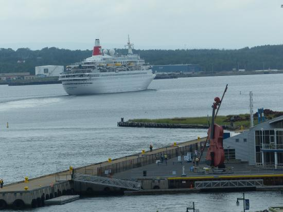 Cruise Ship Leaving Sydney Harbour  Picture Of Holiday Inn Sydney Waterfront