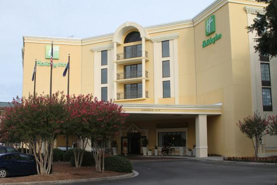 Holiday Inn Charleston-Mount Pleasant: A picture from the parking lot.