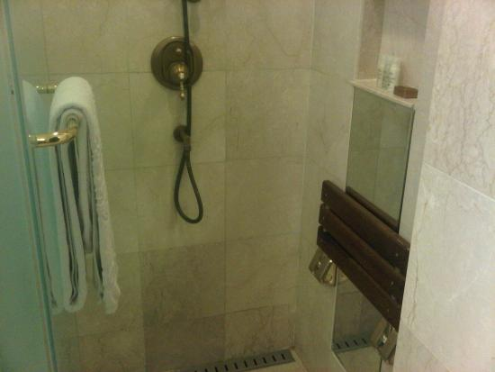 Imperial Palace Hotel: Shower