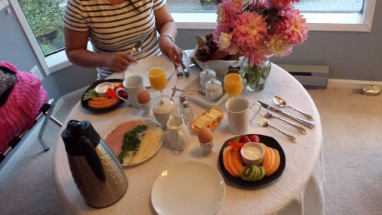 A Point of View Bed & Breakfast: continental breakfast in our room for super early start that day