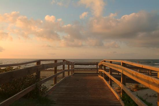Holiday Inn Club Vacations Galveston Beach Resort: Direct access to the beach for guests