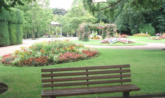 un banc parmi d 39 autres photo de jardin public de saint omer saint omer tripadvisor. Black Bedroom Furniture Sets. Home Design Ideas