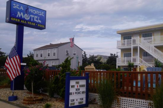 Long Beach Township, NJ: View of motel from road